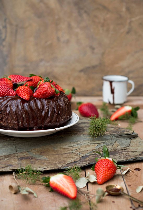 Bundt Cake de chocolate y fresas