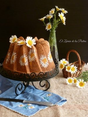 Bundt cake decorado con margaritas